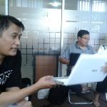 Laptop Siswa Langsung ditayangkan dilayar untuk Belajar Pengkajian Keuangan Bersama