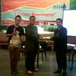 Pemberian Kaos Kaki Soka Aman Suparman kepada Agus Santoso GIMB